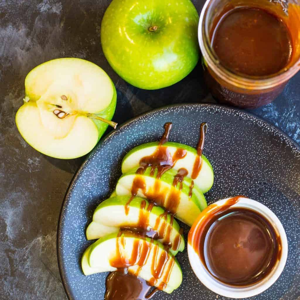 salted caramel sauce recipe werved with granny smith apple slices for dipping | foodologygeek