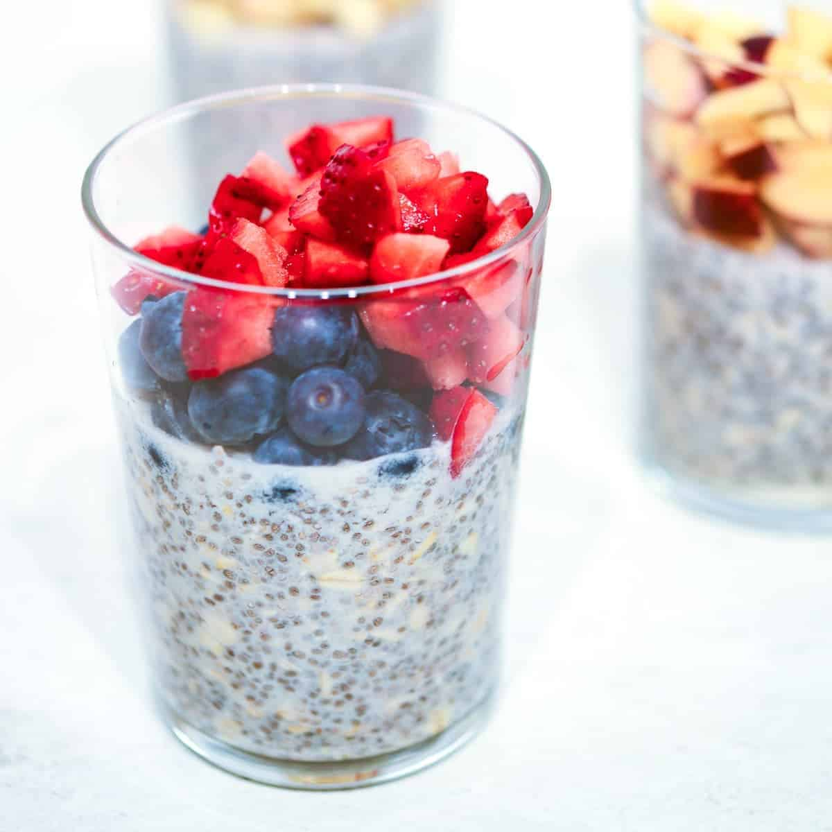 healthy overnight oats recipe with blueberries and strawberries. recipe by foodology geek.