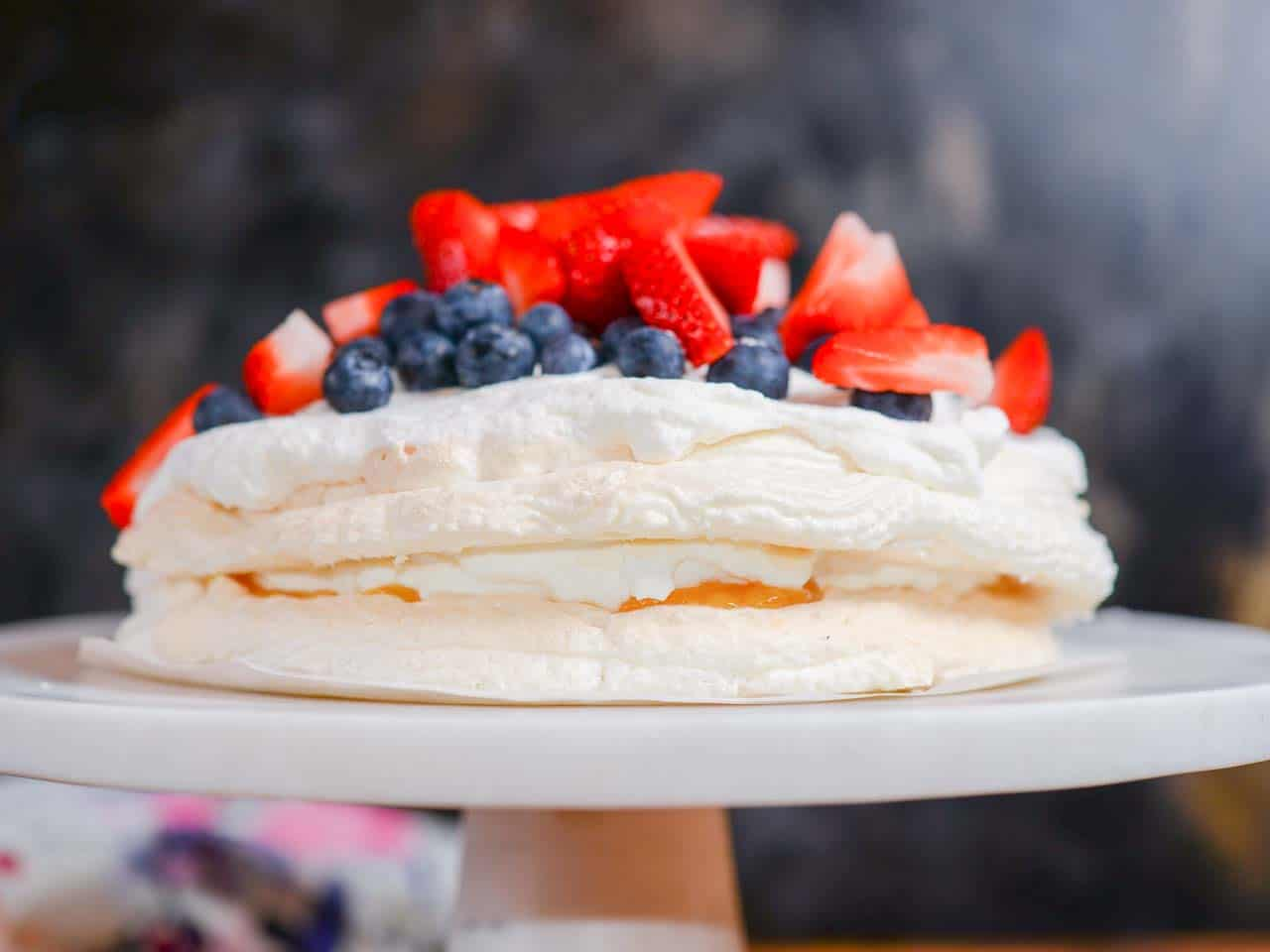 the Best pavlova recipes with lemon curd and fresh berries